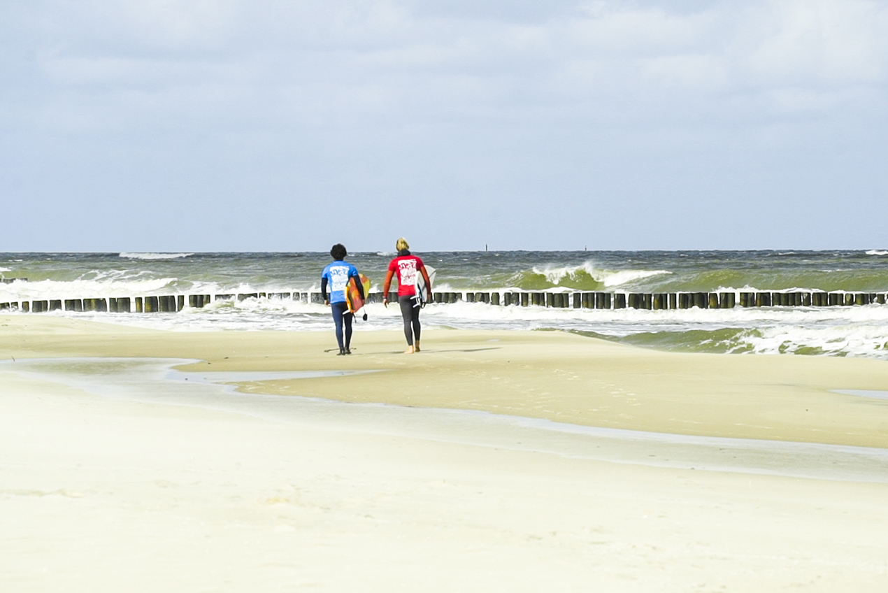 Para spacerujących surferów