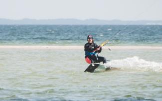 kitesurferka płynie po zatoce