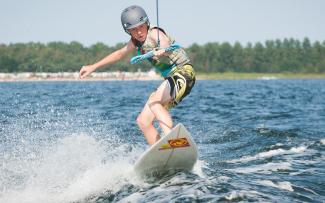 wakeboardzista płynie